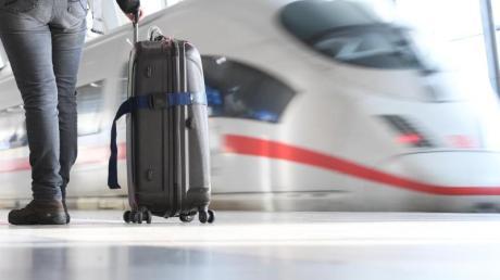 Ein ICE der Deutschen Bahn verlässt am den Fernbahnhof am Flughafen von Frankfurt am Main.