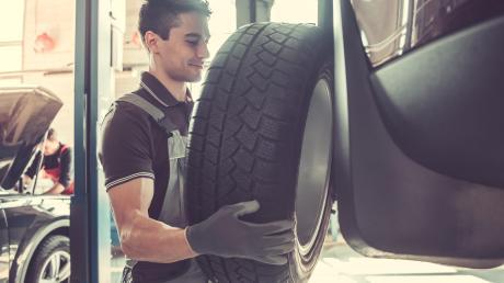 Von O bis O lautet die Faustregel beim Reifenwechsel. Am besten gleich einen Termin in einer der hiesigen Fachwerkstätten vereinbaren.