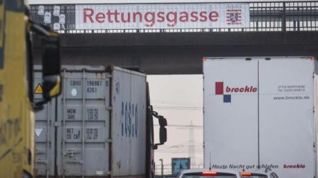 Bei Unfällen auf der Autobahn kann das Bilden einer Rettungsgasse über Leben und Tod entscheiden. Verkehrsteilnehmer müssen zügig einen Korridor für Einsatzfahrzeuge schaffen.