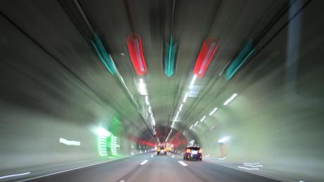 Das blau-weiße Tunnelschild verpflichtet zum Einschalten des Abblendlichts. Bei schlechten Sichtverhältnissen ist es wichtig von allen Seiten gesehen zu werden.