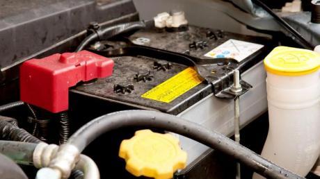 Kraftpaket im Motorraum: Autofahrer sollten das Gehäuse und die Pole der Batterie immer sauber halten. Foto: Kai Remmers/dpa-tmn