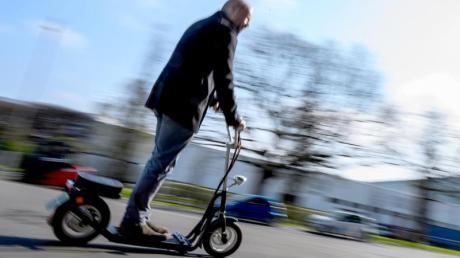 E-Scooter sind in Städten angesagt. Wenn das Wetter im Herbst und Winter schlechter wird, ist es nicht mehr so einfach E-Scooter zu fahren. Dann müssen Nutzer vorsichtig sein.