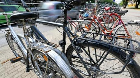 Pläne der Bundesregierung, das Abstellen von Fahrrädern auf Seitenstreifen und am Rand von Fahrbahnen in der Straßenverkehrsordnung zu verbieten, stoßen auf Kritik. Foto: Holger Hollemann/dpa
