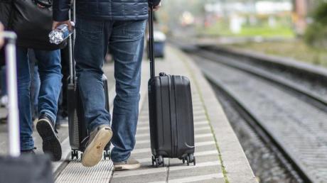 Zugreisende laufen am Bahnsteig am Hauptbahnhof. Hinter der weißen Linie kann es durch einfahrende Züge zu Luftverwirbelungen kommen, die Gegenstände und Personen zum Zug ziehen können. F. Foto: Patrick Seeger/dpa