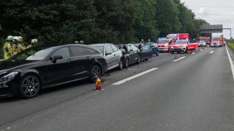 Rettungskräfte sind bei einem Unfall mit fünf Fahrzeugen im Einsatz.