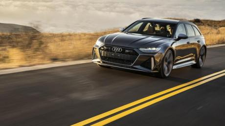 Ausgestattet mit einem V8-Turbo, Allradlenkung und quattro-Antrieb lässt sich der Audi RS6 Avant den Unterschied zum Sportwagen kaum anmerken.