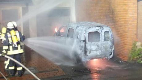 Die Feuerwehr bereitet sich auf Gefahren durch Brände von E-Auto-Batterien vor - rät aber zu Gelassenheit.