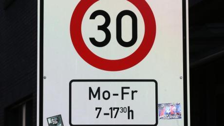 Ein Verkehrsschild fordert Tempo 30 vor einer Schule. Verkehrsschilder für Tempolimits sind oft mit Zusatzzeichen versehen.