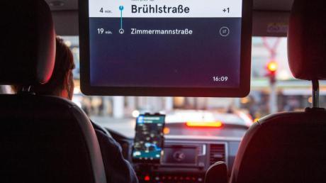 Auf einem Display in einem VW-Bus des Ridesharing-Anbieters MOIA werden die nächsten Stationen angezeigt.