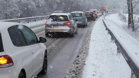 Auf lange Staus in der kalten Jahreszeit sind Autofahrer jetzt besser immer gut vorbereitet.