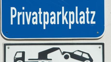 Blick auf ein Schild mit dem Schriftzug «Privatparkplatz».