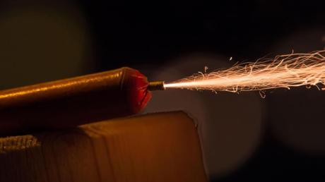 Unbekannte haben in Illertissen einen Feuerwerkskörper durch eine offene Balkontür geworfen. (Symbolfoto)
