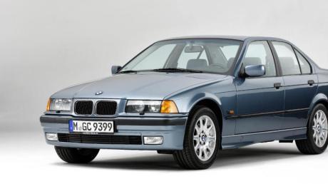 Scheinwerfer hinter Klarglas und ein hohes Heck: Optisch grenzte sich der neue BMW 3er im Jahr 1990 deutlich von seinen Vorgängern ab.