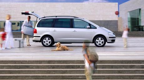 Einladender Familienwagen: Der Alhambra von Seat schluckt Kind, Kegel und den Familienhund.
