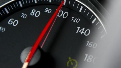 Erheblich zu schnell unterwegs war ein Autofahrer am Sonntag auf der B300 unterwegs. Jetzt drohen Konsequenzen.  (Symbolfoto)