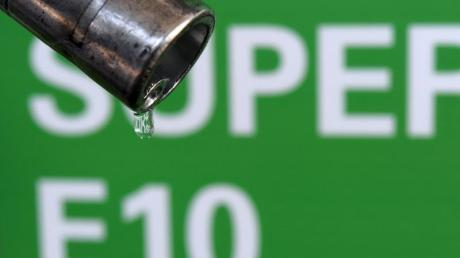 An vielen Tankstellen kostet der Biosprit E10 nun genauso viel wie Super (E5).