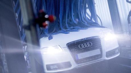 Blitzblank durch die kalte Jahreszeit: Auf eine Vorwäsche sollten Autobesitzer keinesfalls verzichten, bevor sie durch die Waschstraße fahren.