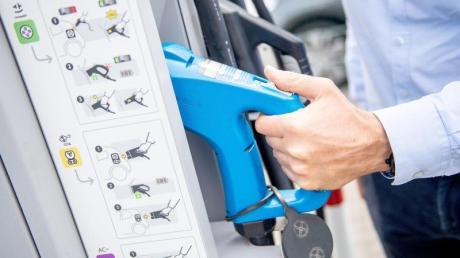 Elektrisches Zapfen: Die Preisangaben bei Ladesäulen für Elektroautos sind nicht immer so transparent gestaltet wie bei Tankstellen für Benzin- und Dieselfahrzeuge.