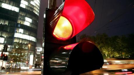 Wie lange leuchte die Ampel schon rot? Polizeibeamte dürfen diese Frage auch mit Hilfe einer Handy-Stoppuhr beantworten, wie ein Gericht entschieden hat.