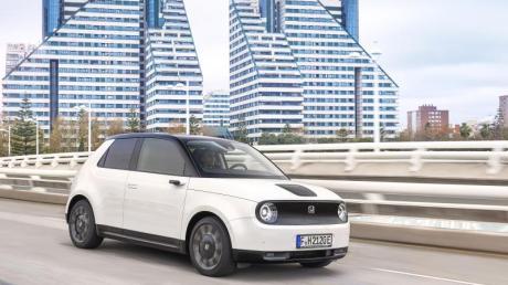 Nicht nur die runden Scheinwerfer machen den Honda E zu einem charmanten Stadtauto. Punkten kann er auch mit seiner digitalen Ausstattung und einem kleinen Wendekreis.