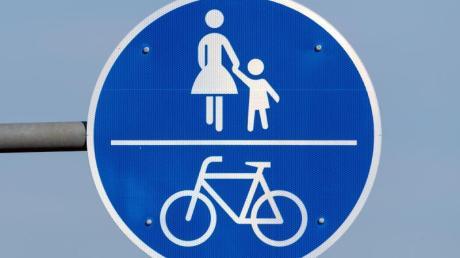 Auf kombinierten Geh- und Radwegen müssen Radler hingegen jede Gefährdung der Fußgänger ausschließen. Daher haften sie bei einem Unfall mit, wenn ihnen ein Hund vors Rad läuft.