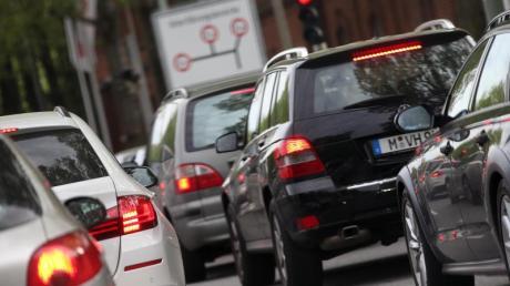 Fahrzeuge stehen im Stau. Millionen Pendler leiden unter dem täglichen Stau auf dem Weg zur Arbeit.
