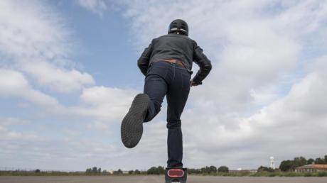 Ein 25-Jähriger fährt mit seinem E-Scooter durch Friedberg. Nach Angaben der Polizei hatte er ihn jedoch nicht versichert.