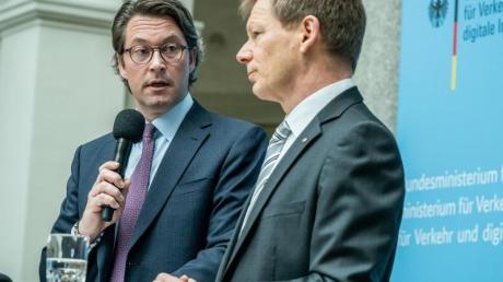 Andreas Scheuer (CSU), Bundesminister für Verkehr und digitale Infrastruktur, spricht neben Richard Lutz, Vorsitzender des Vorstands der Deutschen Bahn, zum Umgang der Bahn mit der Coronavirus-Krise.