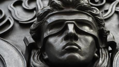 Eine Figur der Justitia: Vier junge Menschen haben in Aichach einen Freier ausgeraubt.