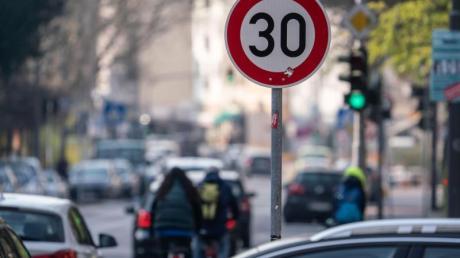 Verkehrssünder müssen mit höheren Bußgeldern rechnen. Für das Parken auf Geh- und Radwegen können bis zu 100 Euro fällig werden. Das Halten auf sogenannten Schutzstreifen für Radler wird verboten.