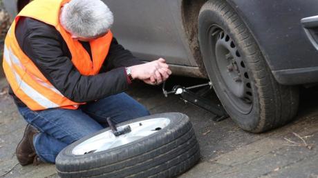 An welcher Stelle man den Wagenheber ansetzen muss, schaut man im Zweifel in der Bedienungsanleitung nach.
