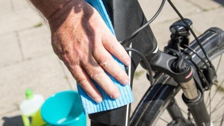 Mit einer Lauge und einem sauberen Tuch können alle Oberflächen abgewischt werden, die angefasst, angeniest oder angehustet wurden.