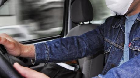 Atemschutzmaske darf unter bestimmten Voraussetzungen auch beim Autofahren getragen werden.