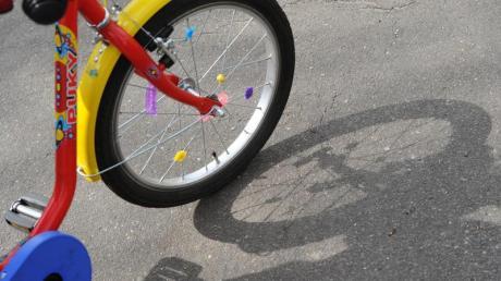 Nicht immer haften die Eltern, wenn ihr Kind bei der Fahrt mit dem Fahrrad ein Auto beschädigt. Ist das Kind erfahren im Umgang mit Rad und Verkehr, können Geschädigte auf den Kosten sitzen bleiben.