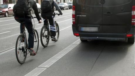 Für Autofahrer gelten ab dem 28. April strengere Regeln vor allem zum Schutz von Fahrradfahrern. Außerdem drohen für viele Verkehrsvergehen höhere Strafen.
