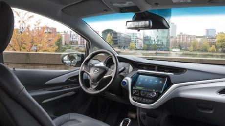 Auch innen wird's elektrisch: Der Rückspiegel im Innenraum vom Opel Ampera-E lässt sich von konventioneller Arbeitsweise auf Kamerabild umschalten.
