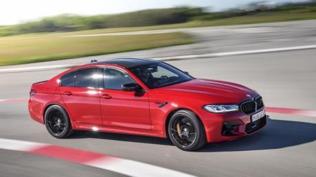 Der neue BMW M5 fährt vor allem optisch aufgefrischt vor.