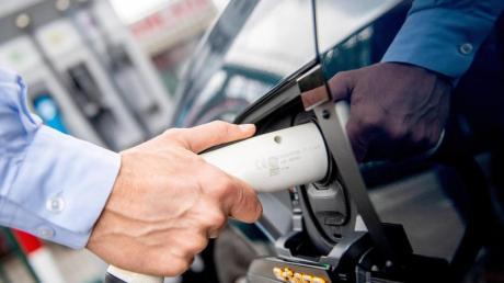 Spannung in vertrauter Umgebung: Viele E-Autobesitzer laden zuhause oder beim Arbeitgeber auf.