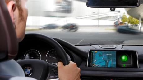 Sinnvoll eingebunden: Vernetzte Autos tauschen Infos mit der Umgebung aus, etwa um passgenau auf einer grünen Welle mitschwimmen zu können.