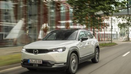 Mit dem MX-30 bringt Mazda erstmals ein Akku-Auto auf den Markt. Das Besondere an dem Modell: Die Batterie ist vergleichsweise schwach, dafür aber extrem sparsam.
