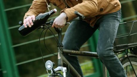 Mit weit über einem Promille im Blut hat ein 69-Jähriger Radfahrer am Mittwoch einen Unfall gebaut.