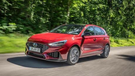 Hyundai hat den i30 überarbeitet und schickt Kombi, Schräghecklimousine und Fünftürer (Foto) mit einigen Neuerungen an den Start.