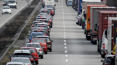 Mit der Bildung einer solchen Rettungsgasse sollte man möglichst früh beginnen - also noch bevor die Autos stehen. Nach einem Unfall auf der A8 hat das gut funktioniert.
