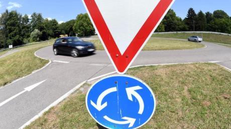 Ein 72-Jähriger verkehrt in falscher Richtung in einen Kreisverkehr bei Dasing und es kracht.