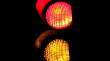 Eine Autofahrerin hat in Neusäß auf die falsche Ampel geschaut und ist trotz Rot einfach losgefahren.