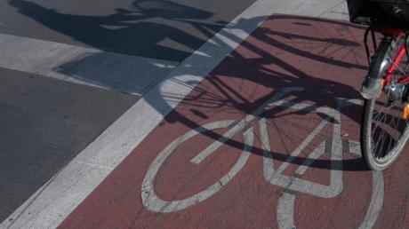 Aus dem Staub gemacht hat sich ein Autofahrer in Friedberg, nachdem er einen 13-jährigen Radler angefahren hat.