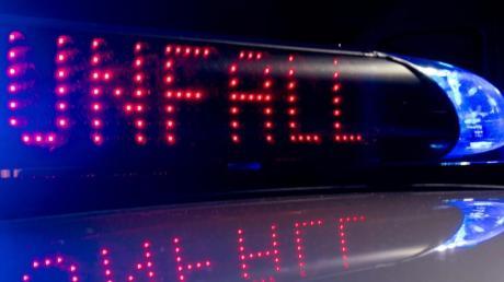 Zu zwei Unfällen auf der A 8, die mit herabfallenden  Eisplatten zu tun hatten, musste die Polizei.