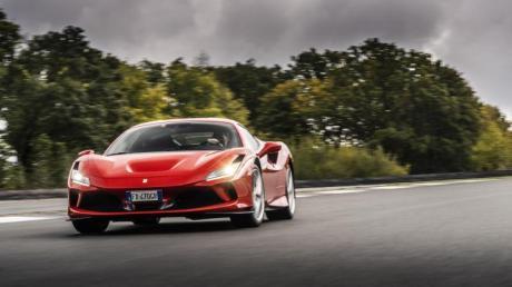 Mit ausbalanciertem Fahrwerk, präziser Lenkung und unnachgiebigen Bremsen lässt sich der Ferrari F8 Tributo auch bei hoher Geschwindigkeit noch gut kontrollieren.