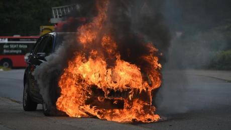 Ein Auto ist am Samstag bei Haunsheim in Brand geraten (Symbolfoto).