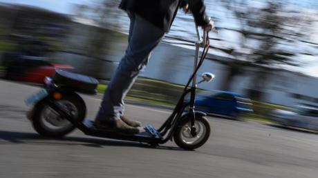 Immer wieder stellt die Polizei Verstöße bei E-Scooter-Fahrten fest.